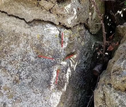 Meißelkreuz / Meißelzeichen an einer alten Mauer